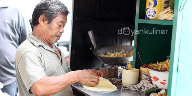 Pedagang menyiapkan lumpia basah Suryakencana. Kuliner Suryakencana Bogor